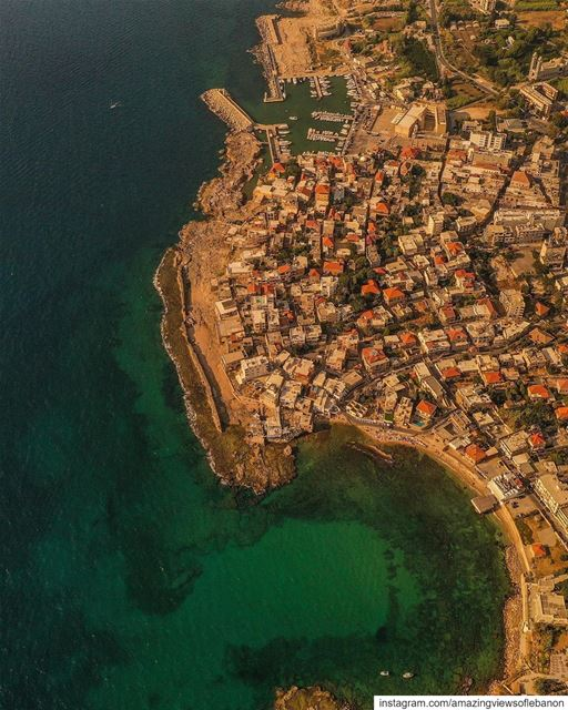 It's an alliance of two, the city and the sea🌊🏘Can you spot the... (Al Batrun, Liban-Nord, Lebanon)